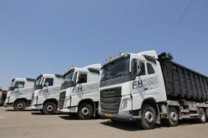 4 משאיות על הצד