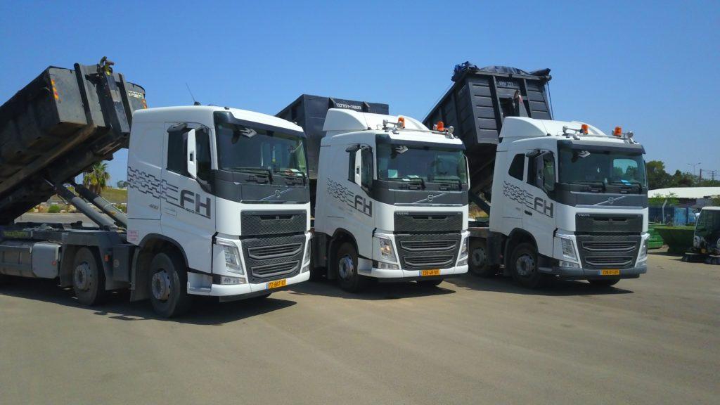 שלוש משאיות פינוי פסולת