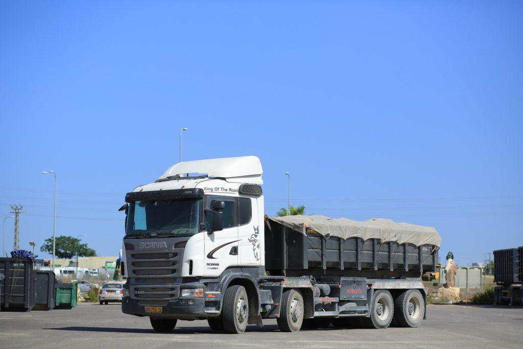 משאית עם מכולה