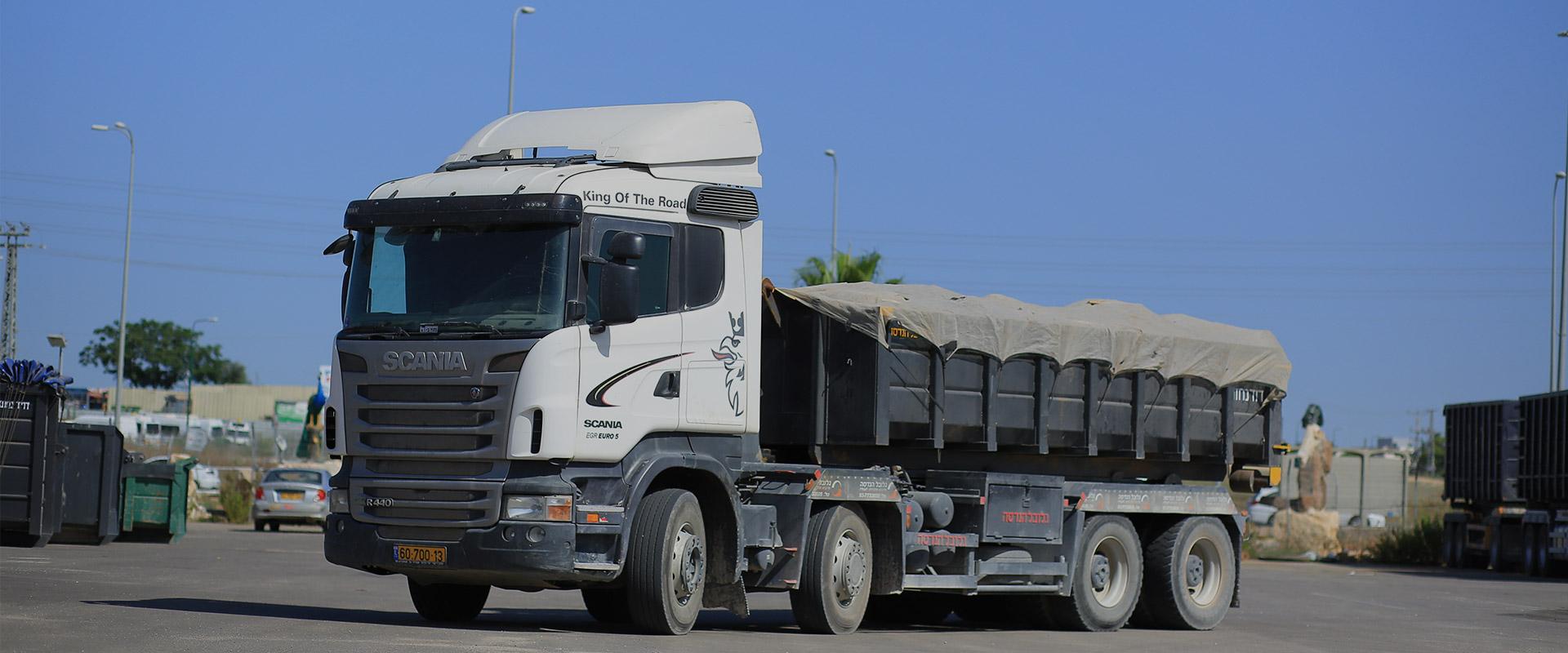 משאית עם מכולה סגורה