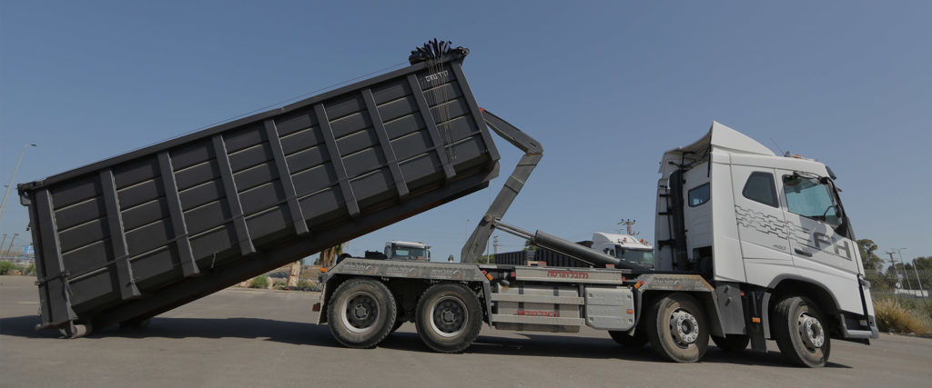 משאית עם מכולה לפינוי פסולת